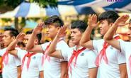 Đình Trọng, Quang Hải chào cờ đầu tuần với học sinh trường THCS Nguyễn Trường Tộ
