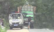 Tài xế xe chở quá tải cầm giấy tờ trình diện trong nhà người dân?