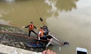 Xe taxi lao xuống sông, tài xế mất tích, 1 người phụ nữ tử vong