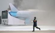 Cận cảnh tình huống máy bay hạ cánh khẩn cấp xuống Nội Bài khi gặp sự cố