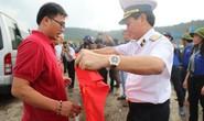 Cờ Tổ quốc đến tay ngư dân đảo Thổ Chu