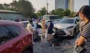 Xe sang Lexus tông ôtô dừng đèn đỏ, 3 ôtô và 2 xe máy gặp nạn