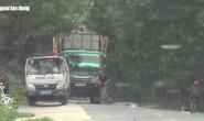 VIDEO: Tài xế xe chở quá tải cầm giấy tờ vào nhà dân trình diện?