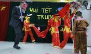 Đại sứ Mỹ múa lân, nặn bánh trung thu cùng trẻ em khuyết tật