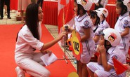 Hoa hậu Lương Thùy Linh trao mũ bảo hiểm cho học sinh trong ngày khai giảng