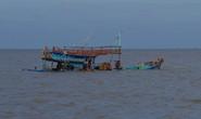 4 ngư dân thoát chết sau nhiều giờ rơi xuống biển