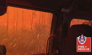 """Xe chở lính cứu hỏa Úc bị """"thần lửa"""" nuốt trọn"""