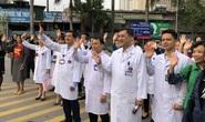 Clip: Giám đốc Bệnh viện K hoà giọng tiễn bệnh nhân ung thư về quê ăn Tết
