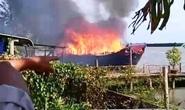 Cháy tàu du lịch trên sông