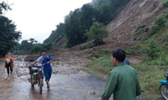 Hàng ngàn khối đất đá vùi lấp Quốc lộ 28, giao thông tê liệt
