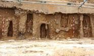 Bí ẩn kép về 11 hài cốt giấu dưới tường làng 800 năm