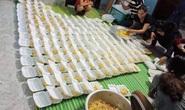 Góp tiền nấu cơm cứu trợ người dân trong cơn đại hồng thủy