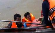 Quảng Bình: Đoàn cứu trợ 6 người bị lật thuyền rơi xuống dòng lũ dữ