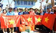 Cờ Tổ quốc đến với ngư dân Bình Thuận