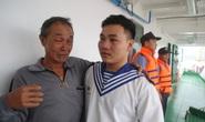 Rơi nước mắt cảnh cha con ngư dân Bình Định trùng phùng sau bão số 9