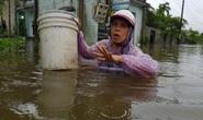 Đà Nẵng: Nhà dân ngập nặng, nhiều người dùng ghe đi lại