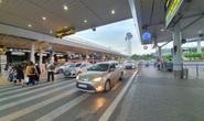"""Vẫn có tài xế gỡ logo """"xe hợp đồng"""" để vào sân bay Tân Sơn Nhất đón khách"""
