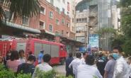 Cháy, khói đen kịt bốc ra từ căn hộ trên tầng 13 tòa chung cư