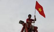Ngư dân Rạch Gốc rạng rỡ đón nhận cờ Tổ quốc