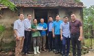 Bạn đọc Báo Người Lao Động trao 180 triệu đồng đến bà con vùng lũ Quảng Bình