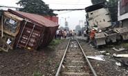 Bình Dương: Tàu hỏa tông container đứt đôi, tài xế bị thương nặng
