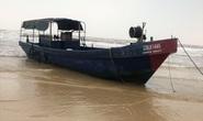 """Bí ẩn 2 chiếc tàu """"ma"""" in chữ Trung Quốc dạt vào bờ biển miền Trung"""