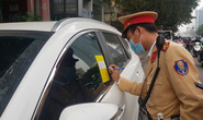 Nhiều tài xế ôtô bất ngờ trong ngày đầu cảnh sát dán thông báo phạt nguội