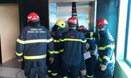 2 thang máy của công ty cùng gặp sự cố, 38 người mắc kẹt
