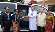 Tặng xe cứu thương và hàng trăm phần quà cho bệnh nhân nghèo
