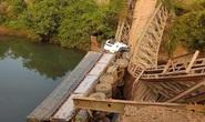 Sập cầu, xe tải lộn đầu xuống suối