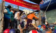 Giải cứu nông sản: Người dân xếp hàng nhận dưa hấu và ủng hộ tiền hỗ trợ kinh phí