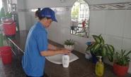 Phát khẩu trang, nước rửa tay cho giáo viên
