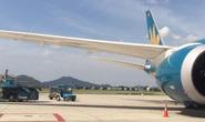 Chạy xe cắt mặt máy bay Vietnam Airlines vừa hạ cánh đang vào vị trí đỗ