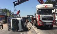 Xe tải tông dải phân cách, văng qua làn đường xe máy gần cầu vượt Sóng Thần