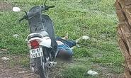 Thanh niên chết bên cạnh xe máy, nghi bị sát hại