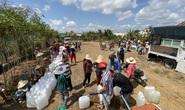 Nông dân miền Tây xếp hàng dài chờ nước ngọt trong cảnh hạn mặn