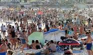 Covid-19: Bãi biển Úc kín người, cảnh sát phải ra tay giải tán