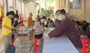 Covid-19: Xem bác sĩ, Phật tử ở miền Tây may khẩu trang tặng miễn phí