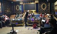 73 nam thanh, nữ tú bay, lắc trong quán karaoke bên ngoài treo biển đóng cửa
