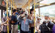 Cận cảnh xe buýt Hà Nội đông khách trong sáng ngày đầu giảm 80% công suất hoạt động