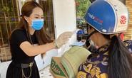 Con gái nuôi của danh hài Hoài Linh trao quà cho người dân vùng hạn mặn