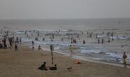 Cấm tụ tập nhưng cả ngàn người ở Quảng Nam vẫn kéo nhau tắm biển