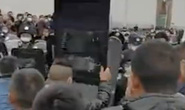 Cảnh sát, người dân Trung Quốc xô đẩy nhau sau lệnh bỏ phong tỏa Hồ Bắc - Giang Tây