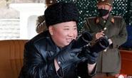 Hình ảnh đối lập giữa ông Kim Jong-un và cấp dưới giữa dịch Covid-19