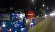 Xe chở công nhân chạy ngược chiều trên Quốc lộ 1A suýt tông vào 3 người đi xe máy