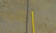 Người đàn ông đeo dây kim loại chết trôi dạt trên biển