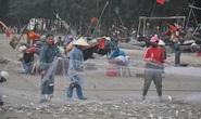 Nhiều người dậy thật sớm rủ nhau ra biển bắt hàng tấn cá trích