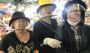 Ba nghệ sĩ mang tiền, mì gói đến tận chợ trao cho người bán vé số