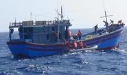 Vùng 2 Hải quân cứu 4 ngư dân gặp nạn ở vùng biển giáp ranh Việt Nam – Indonesia