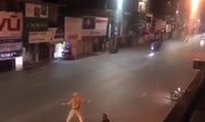 Nam thanh niên rồ ga tông thẳng xe máy Exciter vào cảnh sát tại chốt kiểm dịch Covid-19